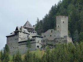 300px-Burg_Finstergrün_2