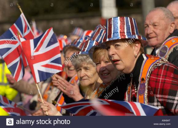orangemen-and-women-with-union-jack-flags-watching-the-orange-order-A5K8AT